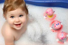 играть купать малыша